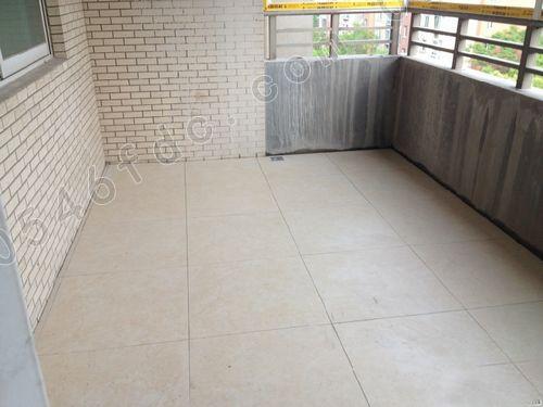 老房翻新别再拆地板,瓷砖!只铺一层这种材料,省钱还耐用,太牛