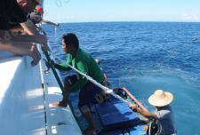 中国海警船黄岩岛水域救起菲律宾渔民