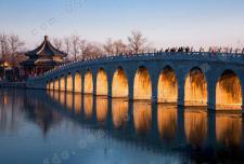 落日余晖下 北京颐和园现奇景金光穿洞