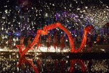 春节火龙钢花亮相武汉 人在龙中舞