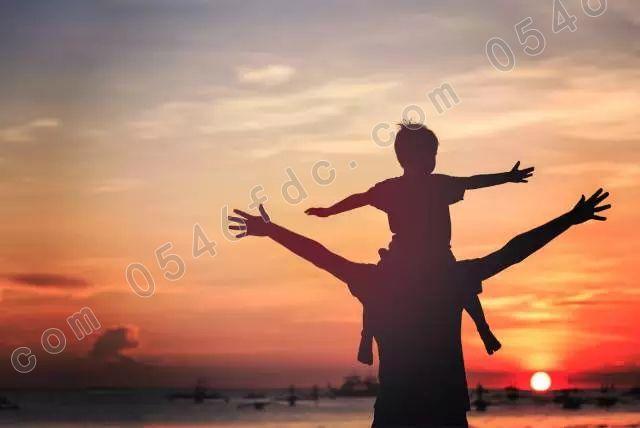 【广饶中南世纪城】父亲节背影晒图大赛 邀你感受父爱   还记得儿时只要受到小朋友欺负,我们都会放出一句狠话,我回家告诉我爸爸去!如今的我们,有人依然是父亲眼中那个只要有搞不定的事情就找爸爸的小孩,有人已成为别人心目中万能的爸比。如山的父爱总是在不经意间让我们泪流满面。   只要有爸爸在,我们前行路上就不会害怕.