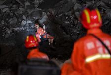 四川茂县山体坍塌 救援人员深夜搜救