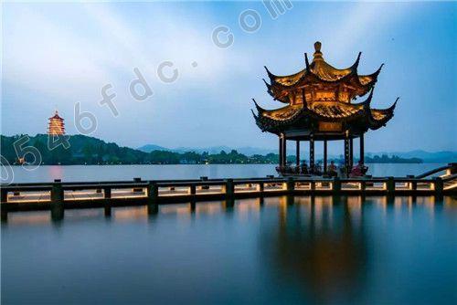 杭州宋城旅游景区位于西湖风景区西南,北依五云山,南濒钱塘江,是中